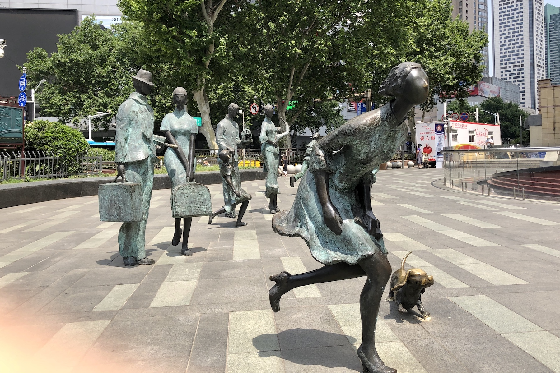 alt 新街口站某商场前的雕塑,二